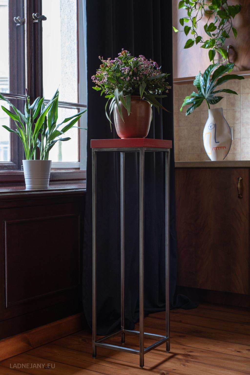 Cienki Janek – Czerwony stojak na kwiaty
